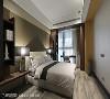 大地色系 卧房壁面与地坪以沉稳基调的大地色系为主轴,打造让人歇心宁静的睡眠空间,两侧也透过大量深木色柜体的设置,体现强大收纳机能。
