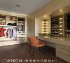 更衣室 灯泡式化妆台的设计,以明星化妆台规模打造更衣室。