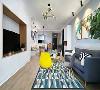 客厅最好不要超过3种色彩元素,当然除了白色背景墙。这个客厅加入了灰、灰蓝和柠檬黄,组合在一起给人的感觉比较清爽。