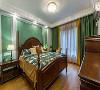 主卧装修:主卧作为一个大套房,拥有独立的衣帽间、卫生间。房间用木地板铺设,温馨惬意。床头背景墙用清新的淡绿色进行装饰搭配细节造型,原本厚重美式风也多了几分清新明净。