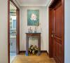 二楼玄关装修:做旧美式壁炉搭配一幅中式画品,颜色的碰撞让家里氛围更加轻松。