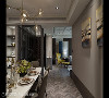餐厅往客厅 异材质拼接与艺术品装置是本案的焦点设计议题,从餐厅往客厅角度看,可充分感受到精致的材质工艺,寓有自在的空间流动,无形中也提升家人的互动。