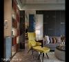 亮丽饱和跳色 客厅的芥末黄单椅大胆跳出沈稳的基色,成为公共空间的亮点,与一旁爱马仕橘皮革收纳展示柜联手,齐力在客餐厅之间创造高端优雅的戏剧性氛围。
