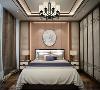 不论是贴墙屏风、地板、吊灯、还是床头挂画,都流露出满满的中式风,这是一种古香古色的韵味,不受现实惊扰,因静谧而迷人。