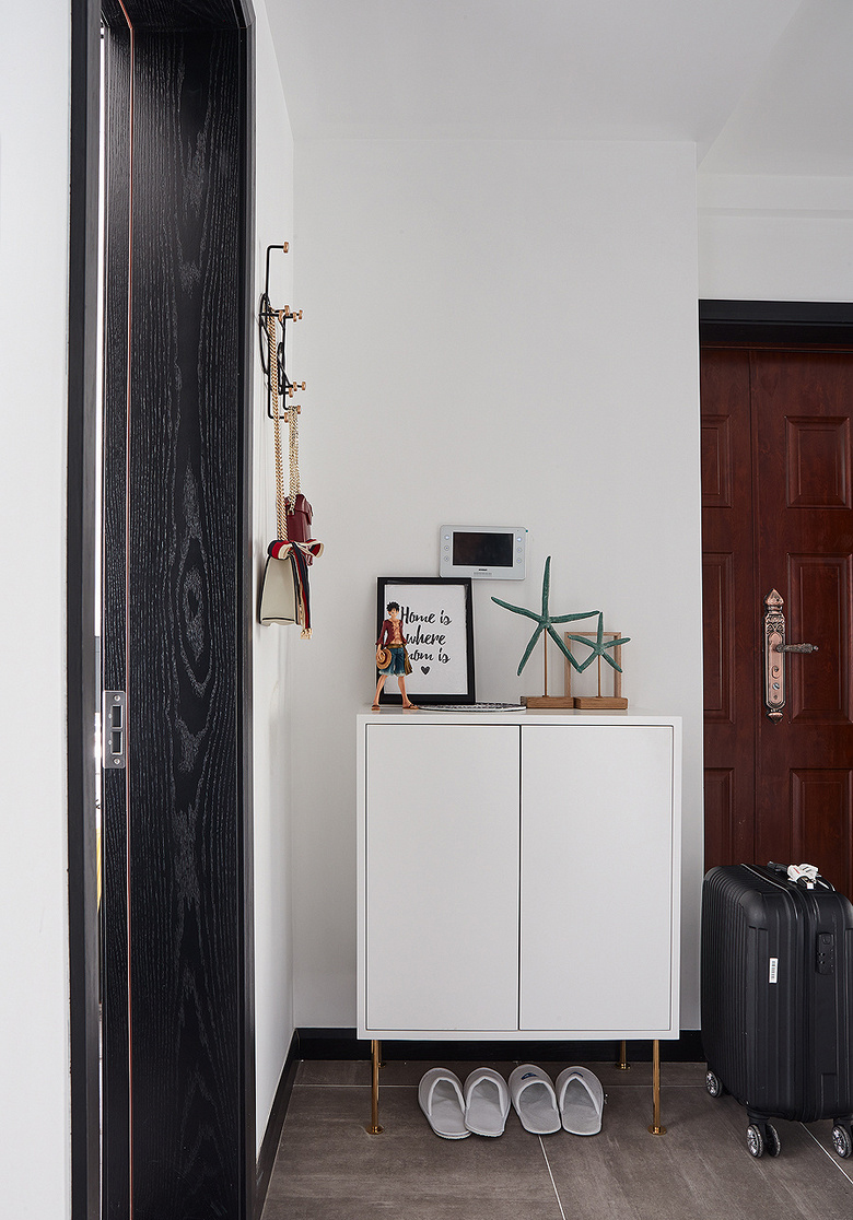 玄关图片来自家装大管家在化简为零 100平北欧时尚雅致3居的分享