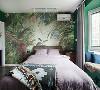 阔叶植物的背景墙,针织棉麻盖毯,以及我们拽了好久都弄不平的棉料被单,让整间主卧室坐实了了南洋复古的感觉。