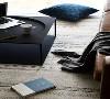 白净的空间下,充沛的阳光更显通透明亮,温润的木质,柔软的织品,这让室内充满了生活的美好。