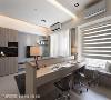 空间互动 结合沙发矮墙的书桌,让各空间得以自在互动,即便是在窗边卧榻休息,也可关注到屋内各角落的动态。