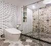 淋浴房的墙面做了个实用的壁龛,方便卫浴用品的存取,同时又显得更加简洁大方;而另一面墙则是贴着创意大胆的花砖,让卫生间也显得个性张扬;