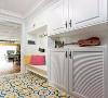 玄关做了多功能组合收纳柜,满足家人的多种需求:收纳、装饰、休息全部一网打尽。