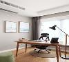 书房面积不大,木色书桌舒适而又实用