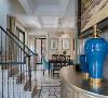 本案中铁山语城联排别墅装修案例,渝北天古装饰梦空间设计师马健设计中摒弃了传统美式的厚重和优雅,结合了简约和通透的现代风格混搭。