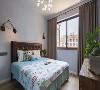 次卧面积虽然小,但是采光一级棒。浅色墙面漆搭配咖色调大床与窗帘,看着特别清爽。