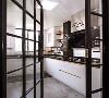 厨房与餐厅用黑框玻璃门隔开,透明隔断,有助于延伸空间视觉感。