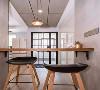 吧台可以充当休闲区,也能充当临时办公区。