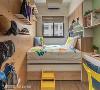弹性收纳 以子母床的设置增加床底收纳空间,下方可拉出单人床,提升小孩成长过程使用的弹性。