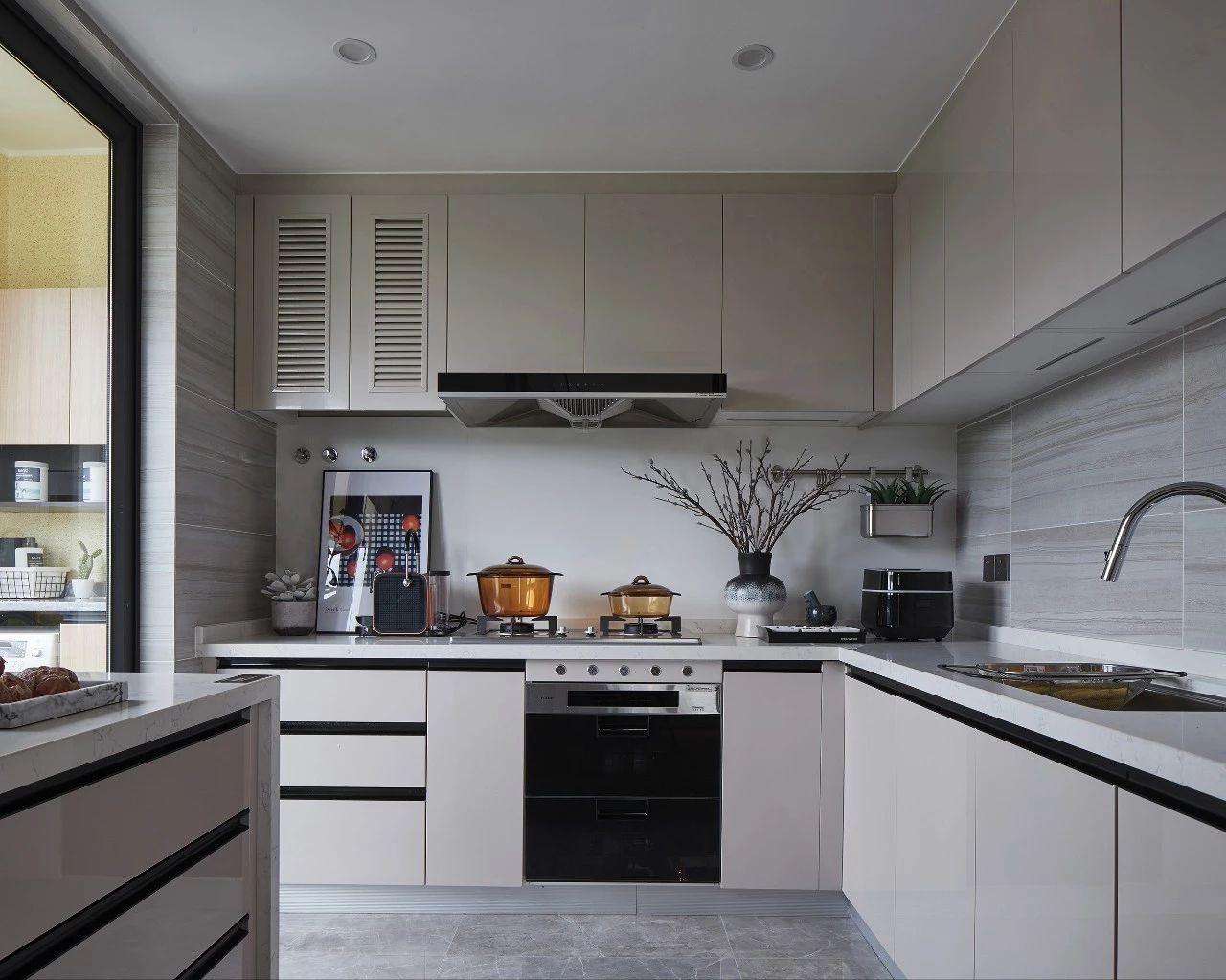 厨房图片来自鹏友百年装饰在质感大平层,彰显尊贵与高雅!的分享