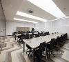 办公区员工工位之间,玻璃隔断的运用,恰到好处营造一种半开放式的区域,这样工作起来不会受相邻人的打扰,能够专注于自己的工作,提高办公舒适度,进而提高员工的工作效果。