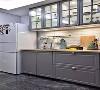 厨房的吊柜选择了玻璃格柜门,这样更方便看清楚内部的东西,又能避免油烟跑到柜子里,清理时更方便一些,橱柜和吊柜之间也要充分利用起来做收纳。