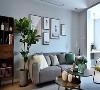 双人座的灰色布艺沙发和墙面、地毯相互呼应,形成一个舒适、简约的空间,绿植、装饰画和金属质感的茶几, 都让客厅更有格调感。