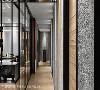 艺术廊道 为化解ㄇ字窄型长廊的压迫感,马健凯设计总监安排了三面端景,玻璃滑门可以自由开阖,对墙形塑出艺术馆的石皮展墙,赋予长廊更丰富的意义。