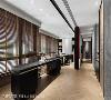 廊道机能化 玻璃黑铁滑门带给狭长型的廊道崭新的生命,上方的镶嵌呼应蒙德里安的几何作品,而活动式设计让廊道不只是一个快速通过的地方,而是一个会被端景吸引、想停留驻足的舒适空间。