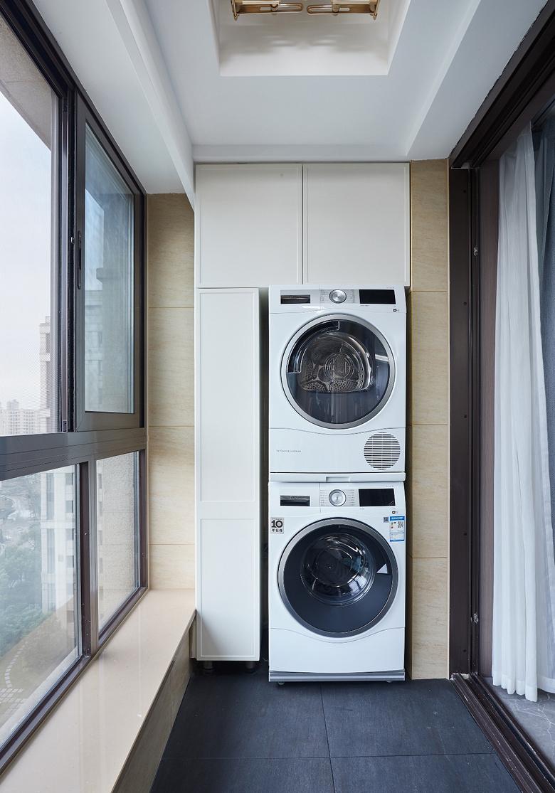 阳台图片来自家装大管家在简洁明亮 118平高冷现代时尚3居的分享