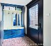 玄关 即使只是屋内的玄关一隅,都能在复古的花地砖与鲜明的色彩中,窥见星啊对设计无限的激情与创意。