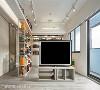 开放动线 安排简约造型的矮柜分际场域,并架上旋转电视满足双向视听需求;电视柜与走道柜都安排于轴线中央,构筑自由游走的环绕式开放动线。