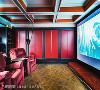 影音空间 以活泼的鲜艳红为家中小型电影院巧妙装点,超大屏幕与特色沙发座,令人感受到彷佛身历其境的影音效果。