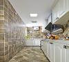仿古的墙地砖错纹的铺贴方式以及白色橱柜的应用,让空间在复古中有了一种跳跃感。上下两层做了很多柜子,大大提高了厨房的利用率,方便以后能够更好的打理。