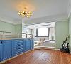 因为现在还不知道宝宝的性别,所以给宝宝的房间用的是比较中性的颜色,选用了蓝白色系来装扮孩子的房间。因为房间的面积有限,考虑到以后孩子大了之后在房间里的活动空间,在设计师的建议下,