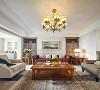 客厅作为待客的区域,是与外界联接的地方,是主人个性的最直接展示,在家中占据了一个非常重要的位置。客厅以棕色为主色调,让整个空间富含了历史的气息,米白色调的点缀又让空间多了一丝活泼的气息。