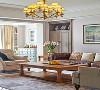 仿旧的皮质沙发泛着历史的厚重感,不成套的布艺沙发在个性中又带着温馨与柔软,与皮质沙发同色系的电视柜与茶几在同一维度上形成了别样的统一,让整个空间在对称的和谐中又多了细节上的差异美。