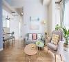 客餐厅之间由走道作为划分,从玄关开始就铺贴了木地板,温馨的木质感和小清新的蓝色、简洁的白色集合起来,让人感觉非常舒服。