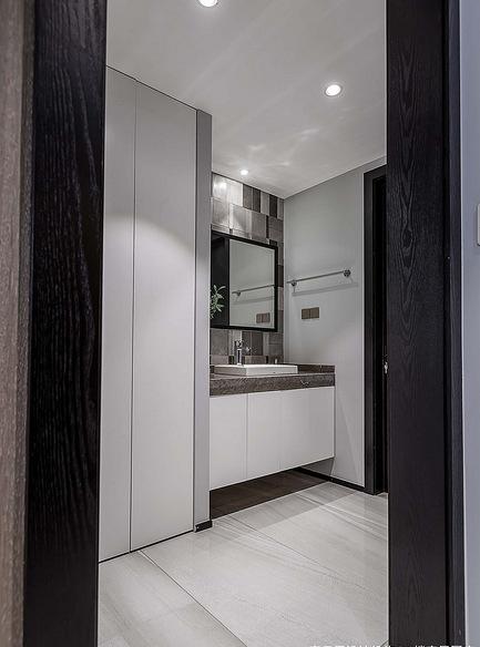 卫生间图片来自家装大管家在120平黑色后现代3居 超前卫时尚的分享