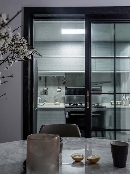 厨房图片来自家装大管家在120平黑色后现代3居 超前卫时尚的分享