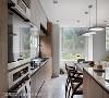 L型厨房 蔡睿谊设计师特别将餐桌结合长形人造石包覆中岛,拉长视觉空间感受,深浅木皮色壁面寄寓完备收纳机能,创造空间利用的多重可能。