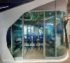 森林海洋 钻石会议室通透敞明的动线与蓝色水波纹玻璃贴膜,整间会议室宛如海洋般,是科技创意公司孕育想像构思的摇篮。