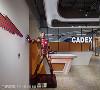 童趣迎宾超吸睛(金) 摆放于门口的钢铁人,演绎出科技创意公司求胜利成长的精神与能量,同时为宾客们诠释最热情的迎接。