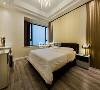 """""""卧室,休息之所""""。宽敞的卧室,床头背景墙采用硬包,效果与客厅背景墙的设计感相似,统一风格的同时,让卧室有种与众不同的轻奢范。"""