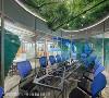 钻石会议室 采用斜角造型修饰主梁,天花的森林绿意,与底下的海洋互相呼应,透露出阳光空气水的重要性,同时诉说着公司的动力泉源。