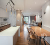 在厨房与餐厅中间做了1.8米长的料理台来满足男主人烹饪中的使用,并且也可以当作日常的早餐台使用,为了让这个空间的动线宽敞,餐桌特意设计靠墙摆放。