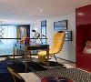 在开放的空间里,书房和卧室相互连通,跳跃的色彩热情而奔放,颇具现代感。