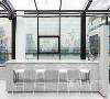 室内以玻璃为墙体, 晨曦的阳光穿过通透的玻璃洒在白色桌椅上 树姿摇曳,地上的光影也跟着晃动 一杯咖啡,一块蛋糕,一朵花,一本书 这大概就是生活最美好的模样