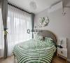 次卧装修:窗帘的白纱带起一片片朦胧,墨绿色的沉静让人不由自主的热爱,与木质地板一同为居者带来身处园林的清雅之感。
