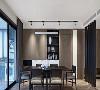 休闲互动区与入户之间采用黑色格栅作隔断,黑色长桌与墙面黑色框架呼应,木色立面隐藏次卧门片