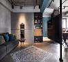 客厅与餐厅中间安装了可从屋内各个角落观看的360°悬臂式电视机,让空间中也充满了现代科技感。