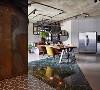 地板拼接有三角形深绿色花岗岩,一旁也有六棱地板砖,再加上锈迹斑斑的钢板竖立在一侧,独特的装潢风格突破传统意义上的工业风。