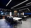 线性光带 设计师李宗育订制特殊灯具,以光带姿态游走于天际,与镀钛板共谱俐落的线性张力,彰显现代与未来感融合的空间个性。灯具不但勾勒造形,也有照明的实际功能。